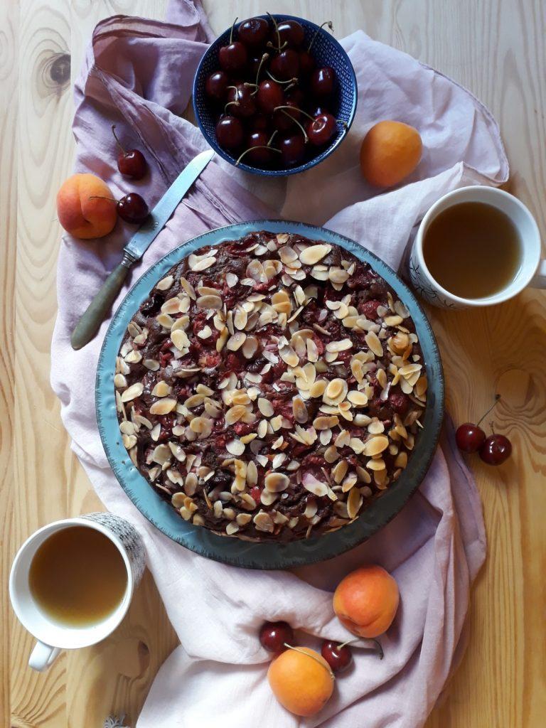 torta al cioccolato con mandorle e ciliegie