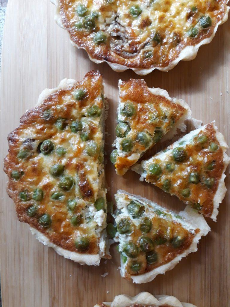 crostatine con piselli fiori di zucca e acciughe